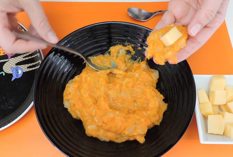 Rellenando las croquetas con queso