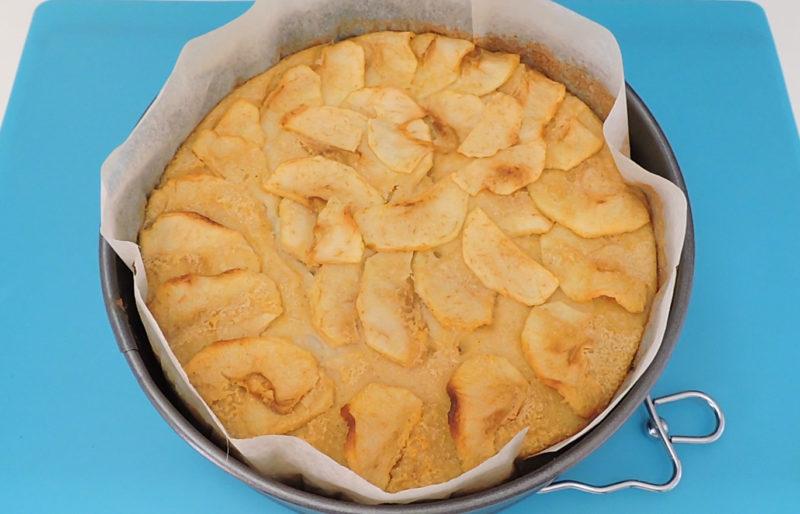 Tarta flan de manzana recién horneada
