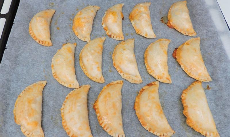 Empanadillas rellenas de atún recién horneadas