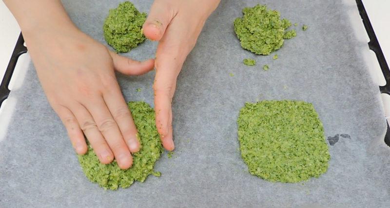 Formando el pan de brócoli