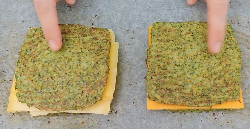 Sándwiches de queso con pan de brócoli antes de hornear