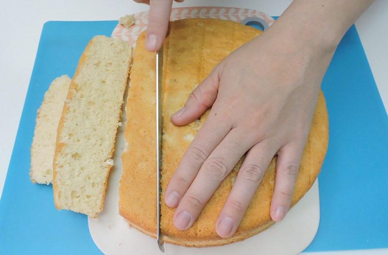 Cortando el bizcocho para hacer las torrijas