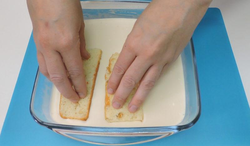 Colocando el bizcocho en la mezcla de tres leches