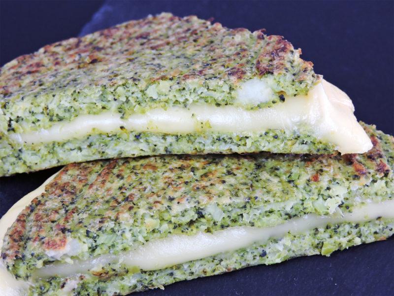 Sándwich de queso con pan de brócoli