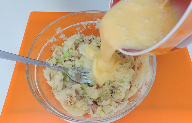 Añadiendo los huevos al puré de patata