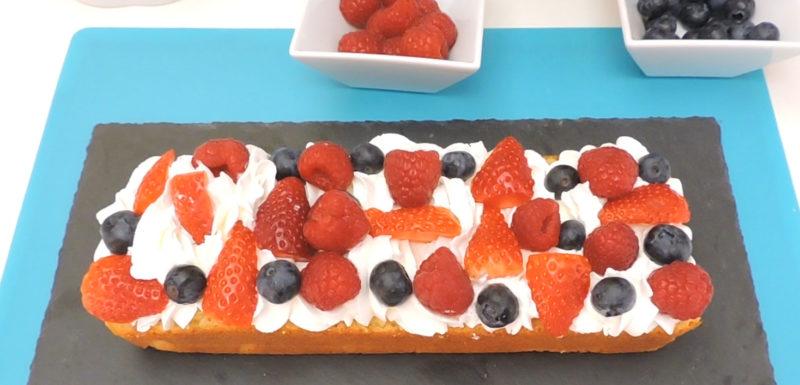 Rellenando el bizcocho con nata y frutos rojos