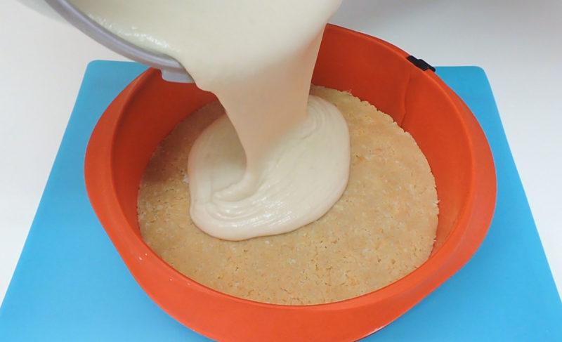 Vertiendo la crema de donuts en el molde