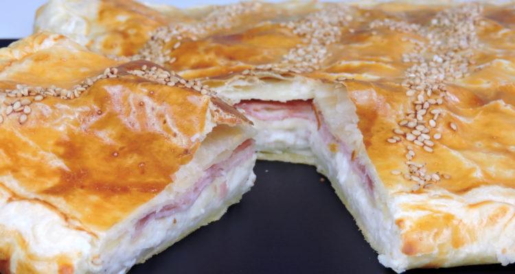 Empanada de jamón, queso y bechamel