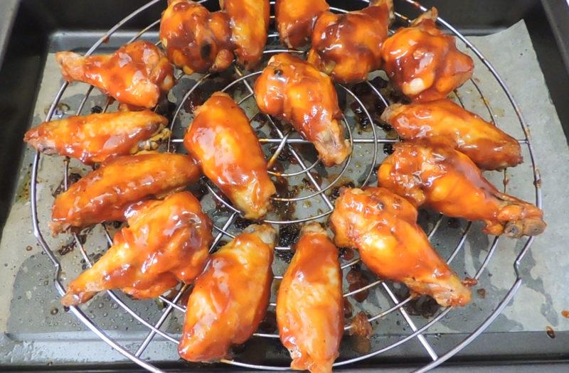 Alitas de pollo cubiertas de salsa barbacoa