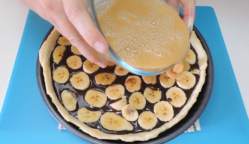 Añadiendo la cobertura al pastel