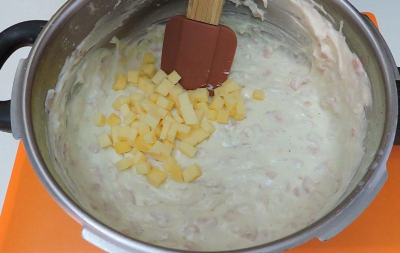 Mezclando el queso en la masa de croquetas