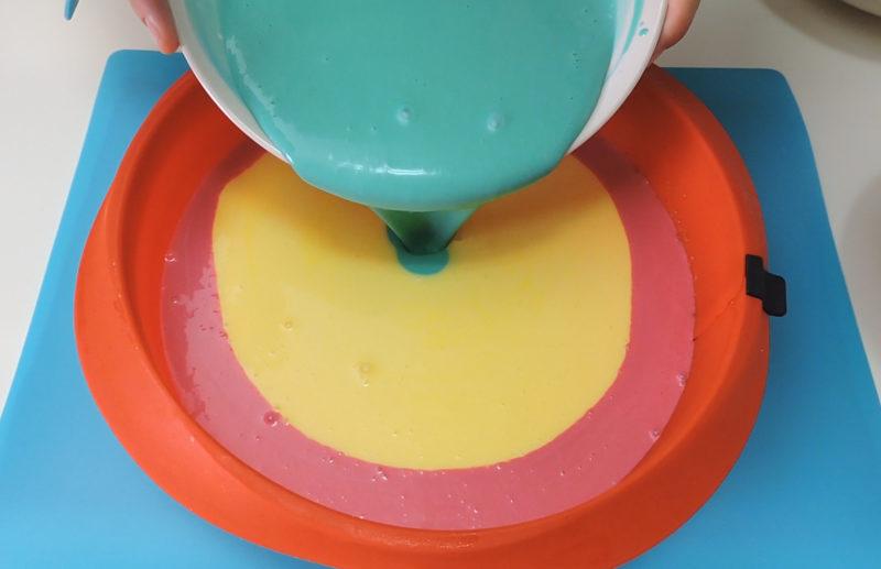 Vertiendo las diferentes masas de queso teñidas
