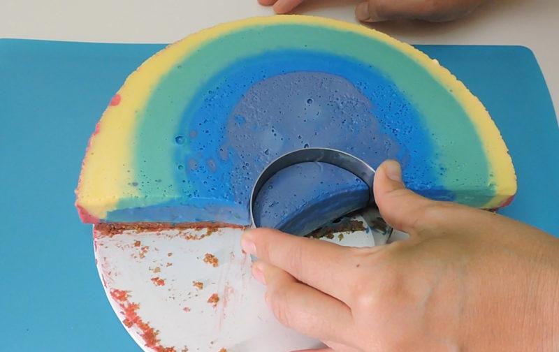 Dando forma de arcoíris a la tarta