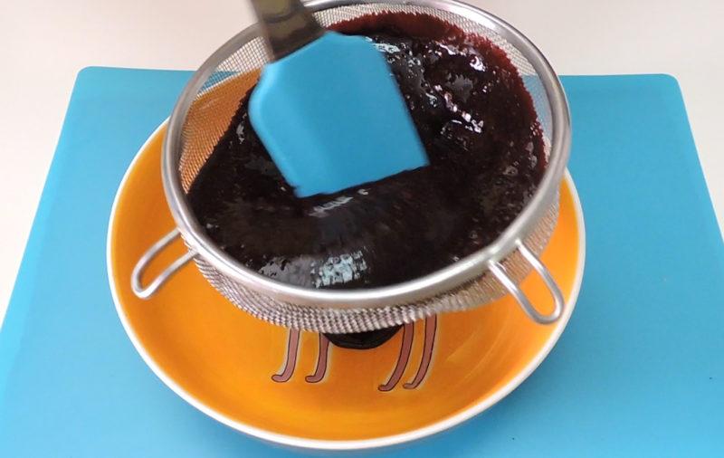 Colando la salsa de moras
