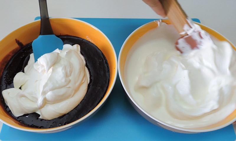 Mezclando la nata con la salsa de moras y el yogur