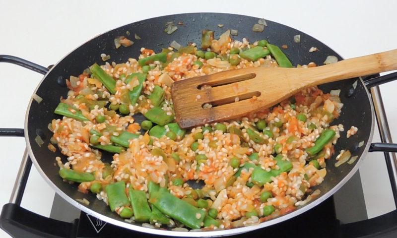 Rehogando el arroz con el sofrito y las verduras
