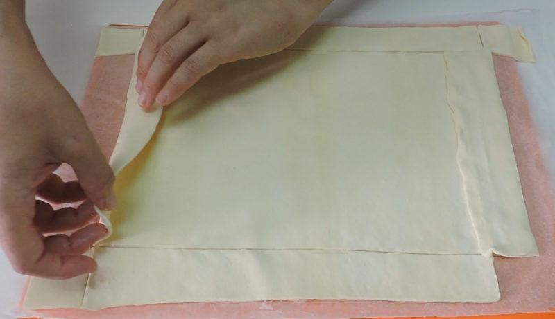 Colocando las tiras de hojaldre sobre la lámina de hojaldre