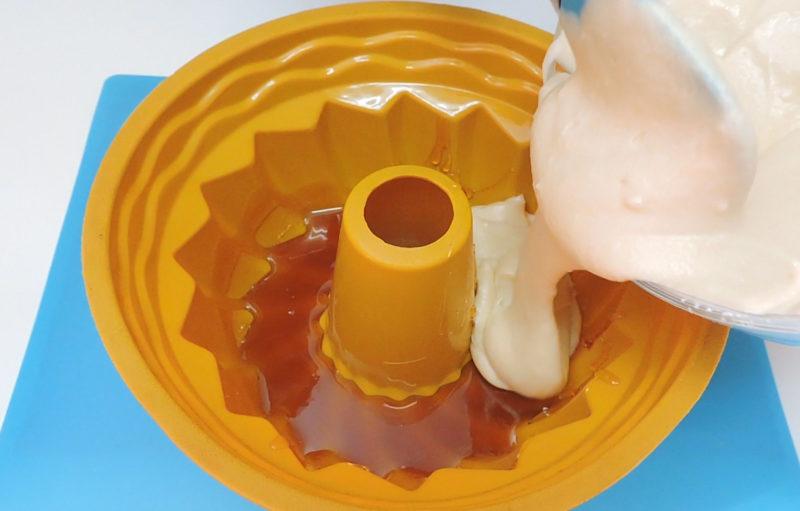Poniendo la masa de bizcocho en el molde, sobre el caramelo