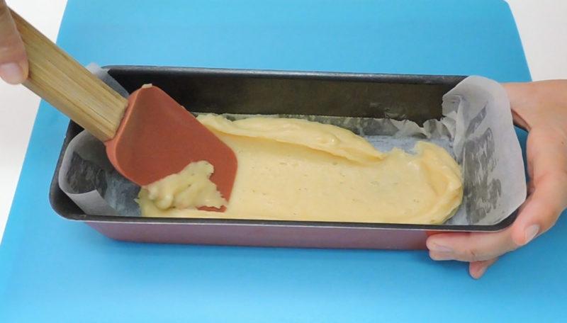 Poniendo la mitad de la masa en el molde