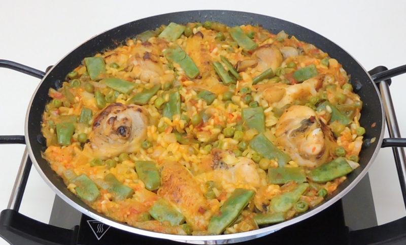 Paella de pollo lista para reposar