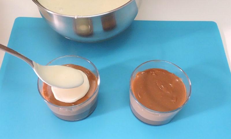 Poniendo la crema de chocolate blanco sobre la capa de chocolate con leche