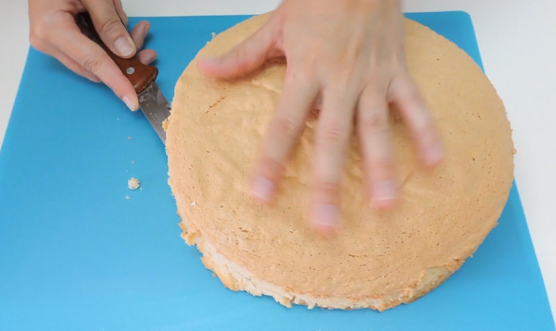 Cortando el bizcocho en tres bizcochos más finos