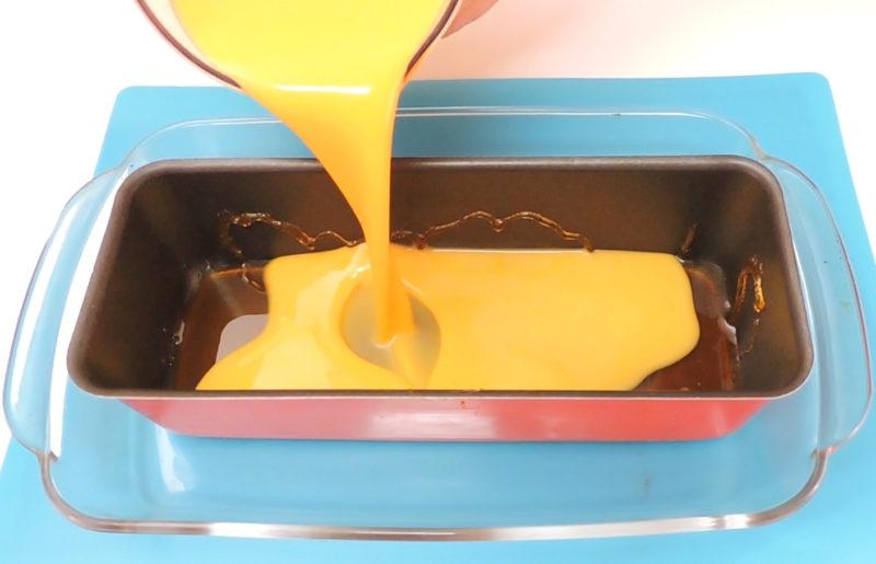 Vertiendo la mezcla del flan sobre el molde caramelizado