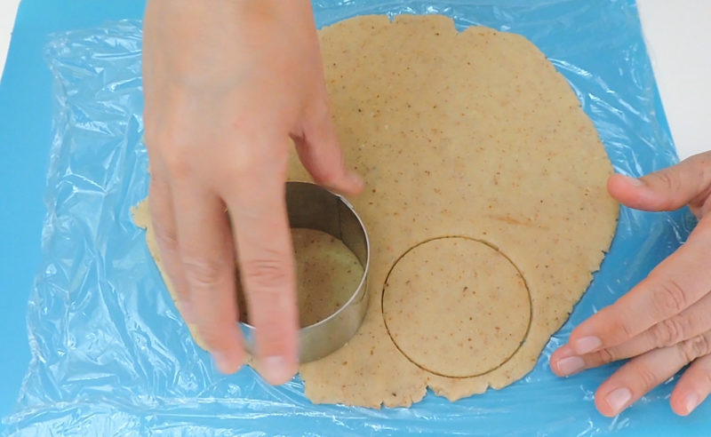 Cortando la masa en círculos