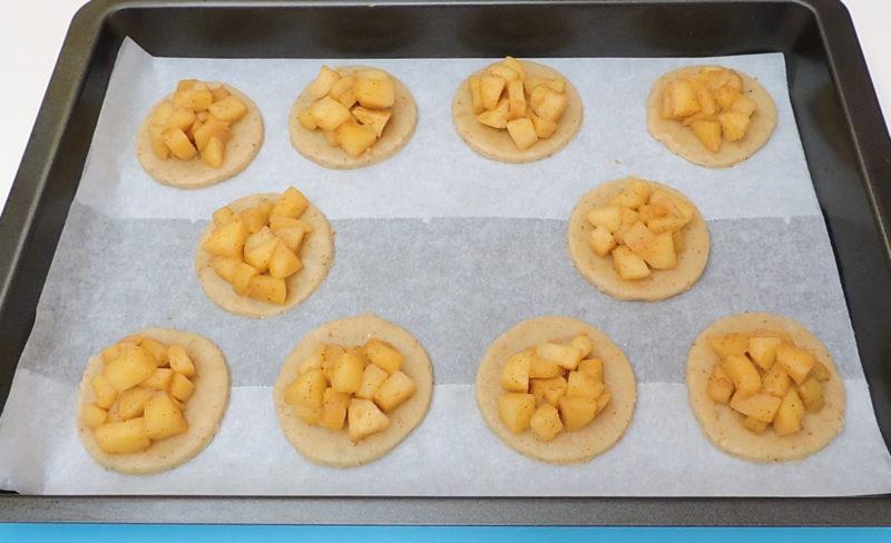 Bases de galleta con la manzana caramelizada