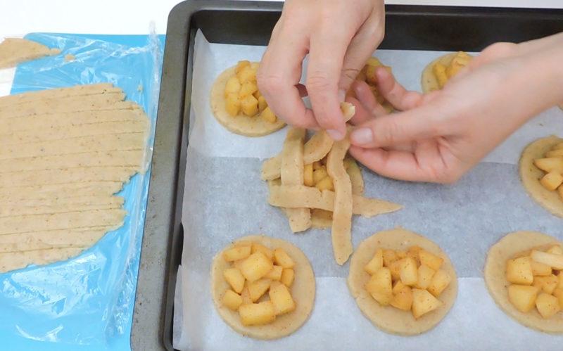 Poniendo la parte superior de las galletas
