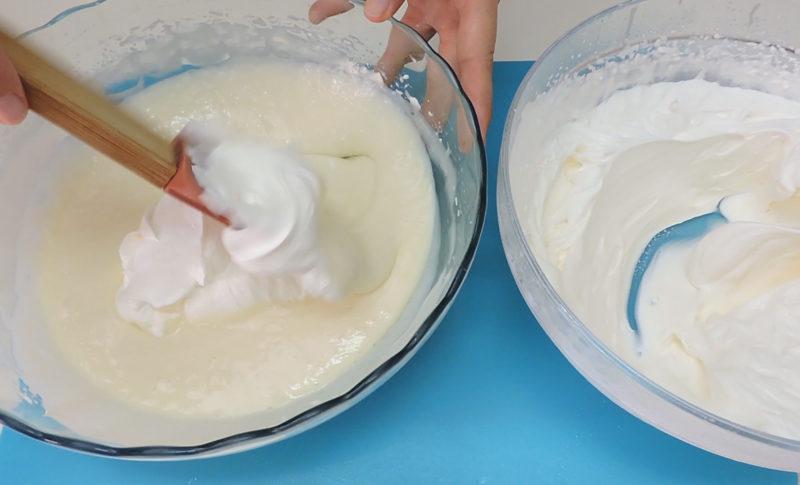 Integrando la nata montada en la mezcla de queso y chocolate