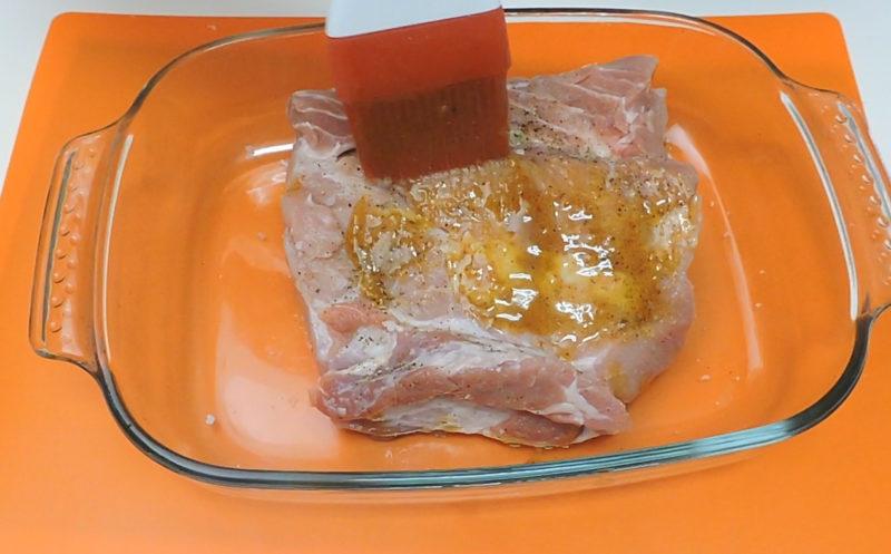 Pincelando el lomo con la salsa de miel y mostaza