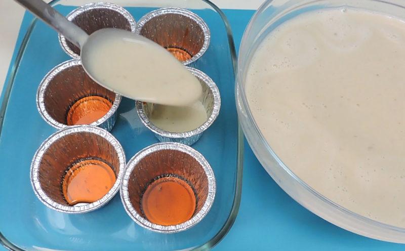 Repartiendo la mezcla de flan en las flaneras caramelizadas
