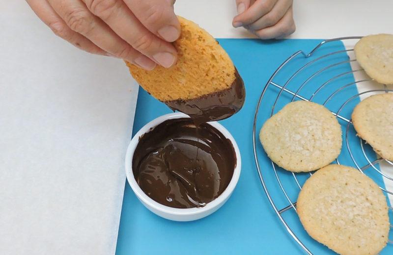 Bañando las galletas de coco en chocolate