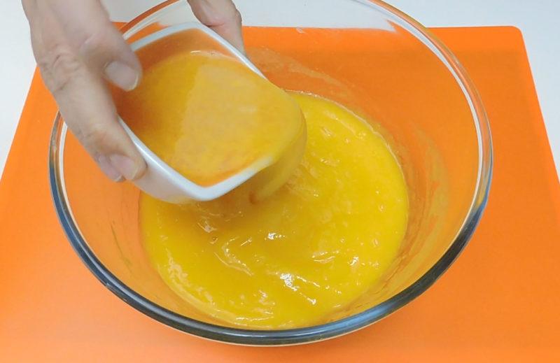 Vertiendo la gelatina sobre el puré de mango