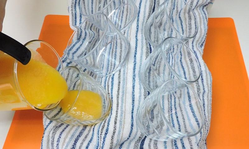 Vertiendo el puré de mango en los vasos