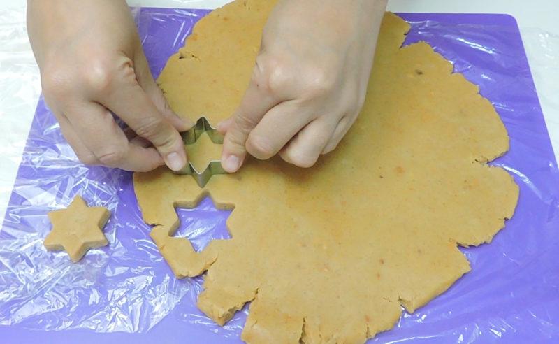 Formando las galletas de turrón