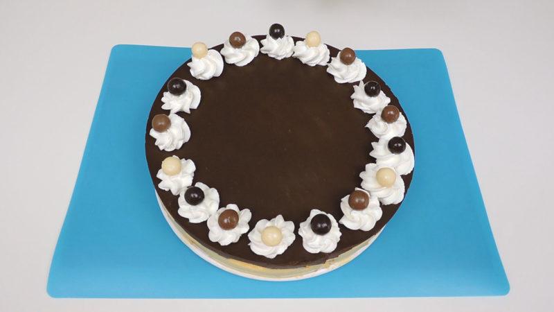 Tarta de galletas decorada con nata montada