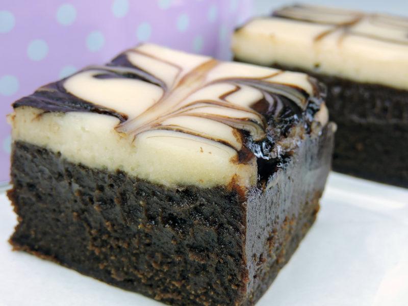 Pastel de brownie y queso