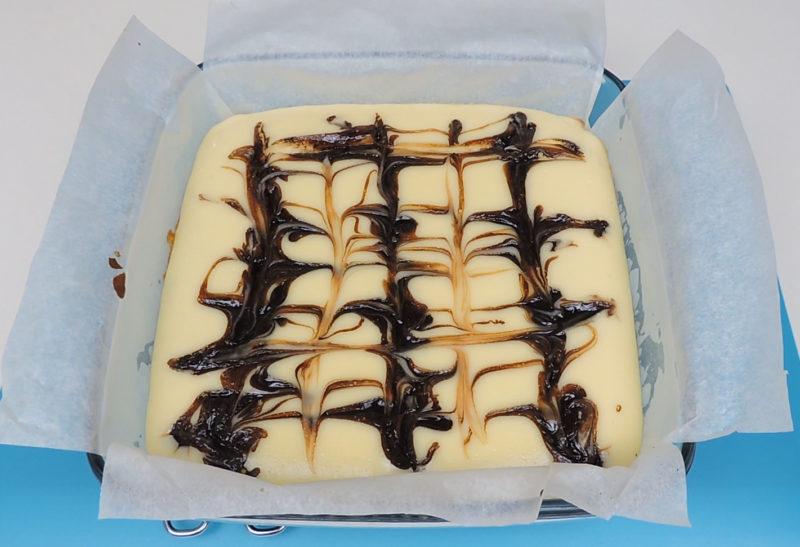 Pastel de brownie y queso recién horneado