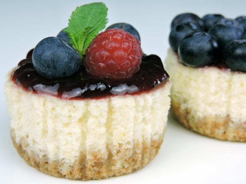 Mini-tartas de queso con frutos rojos