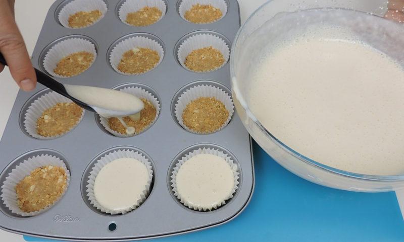 Distribuyendo la mezcla de queso en el molde