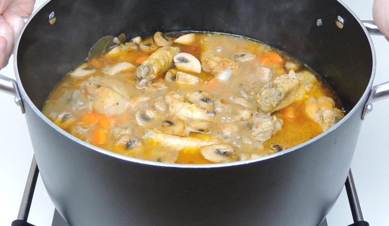 Guiso de pollo cocinándose