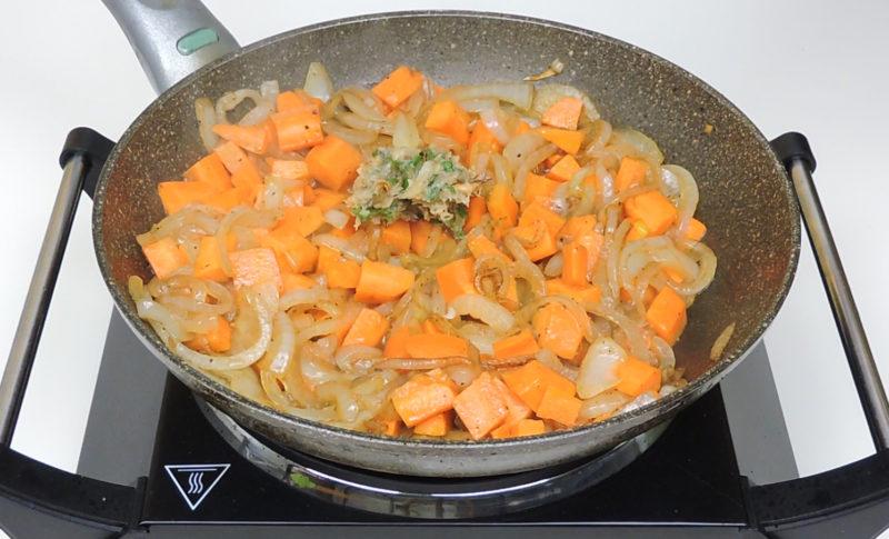 Añadiendo el majado al sofrito de verduras