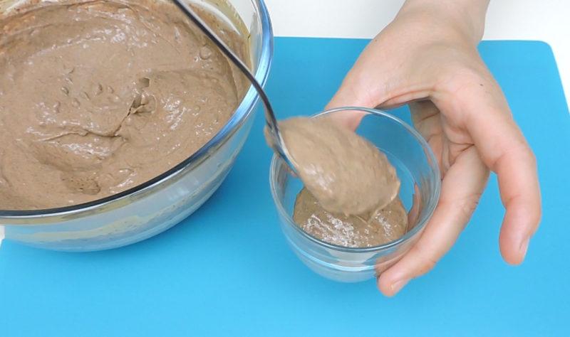 Repartiendo la crema en los vasos