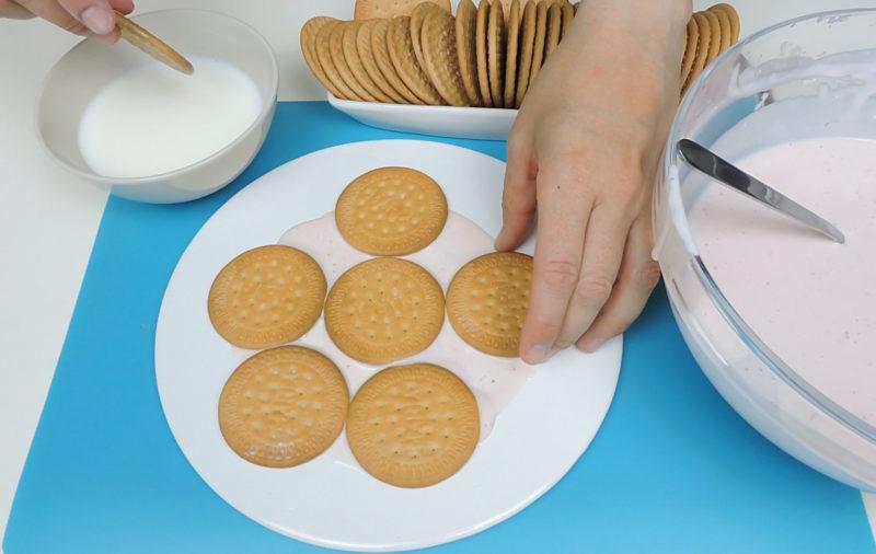 Montando la tarta de galletas con forma de flor