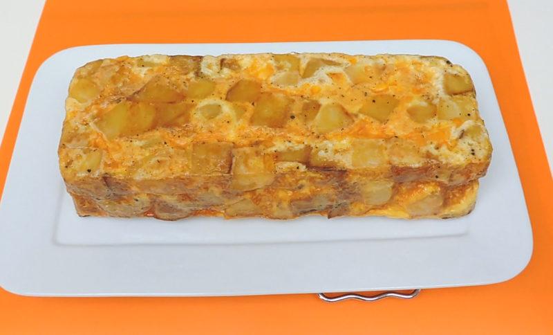 Pastel de patata recién desmoldado