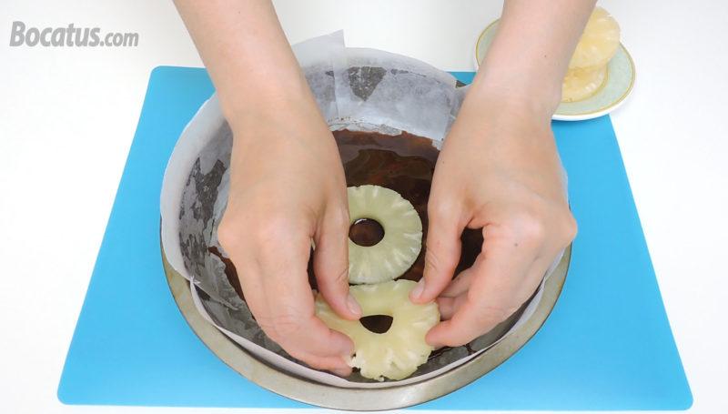 Colocando las rodajas de piña sobre el caramelo
