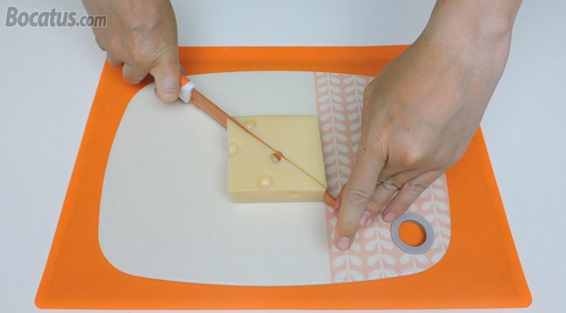 Cortando el trozo de queso en dos triángulos