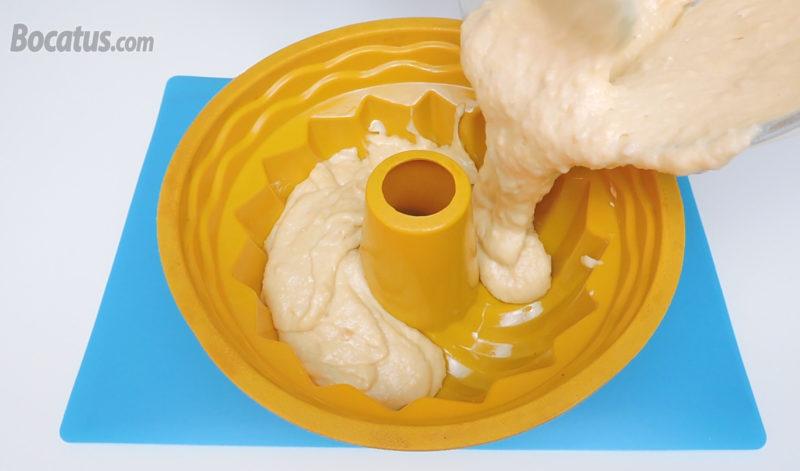 Vertiendo la masa de bizcocho en el molde